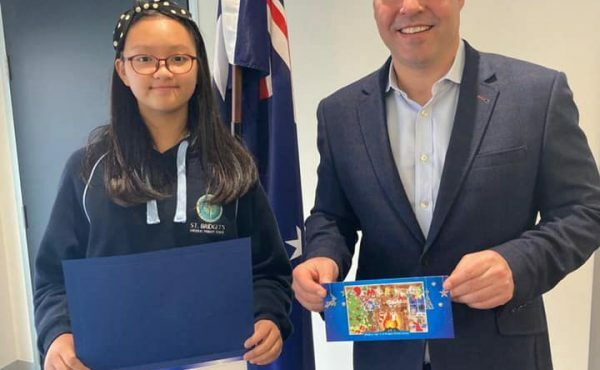 Congratulating this year's winner of the Kooyong Christmas Card Competition